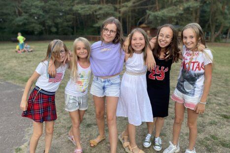 obóz dla dzieci nad jeziorem sierpień